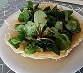 Feldsalat im Parmesankörbchen (Bild)