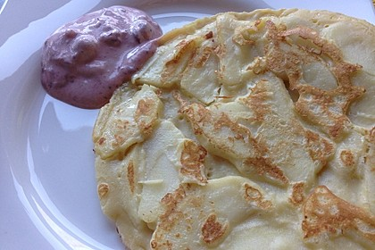 Pfannkuchen mit Apfeln an Preiselbeersauce 1