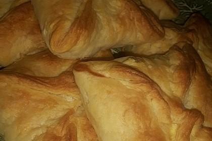 Blätterteigtaschen mit Käsefüllung (Bild)
