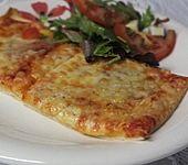 Knusprig dünne Pizza mit Chorizo und Mozzarella (Bild)