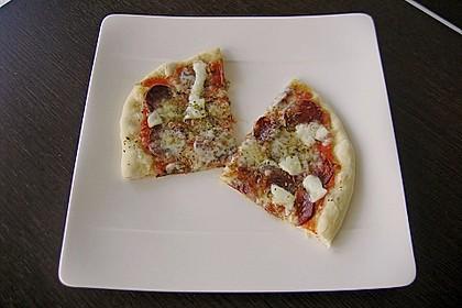 Knusprig dünne Pizza mit Chorizo und Mozzarella 33