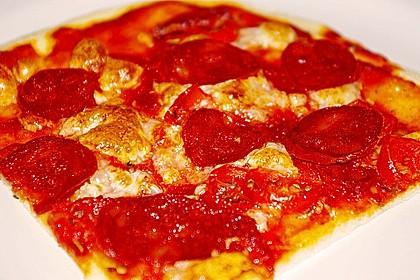 Knusprig dünne Pizza mit Chorizo und Mozzarella 17