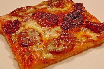 Knusprig dünne Pizza mit Chorizo und Mozzarella 4