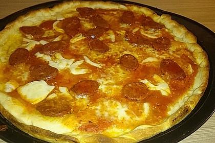 Knusprig dünne Pizza mit Chorizo und Mozzarella 39