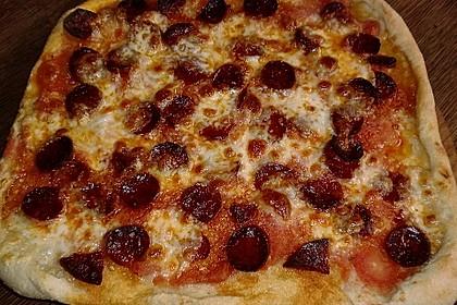 Knusprig dünne Pizza mit Chorizo und Mozzarella 44