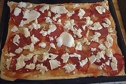 Knusprig dünne Pizza mit Chorizo und Mozzarella 55