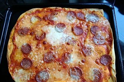 Knusprig dünne Pizza mit Chorizo und Mozzarella 43