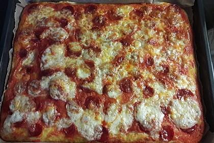 Knusprig dünne Pizza mit Chorizo und Mozzarella 35