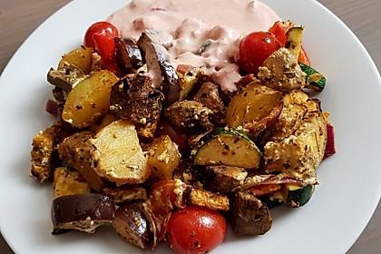 Mediterranes gebackenes Gemüse mit Joghurt - Tomatensauce 24