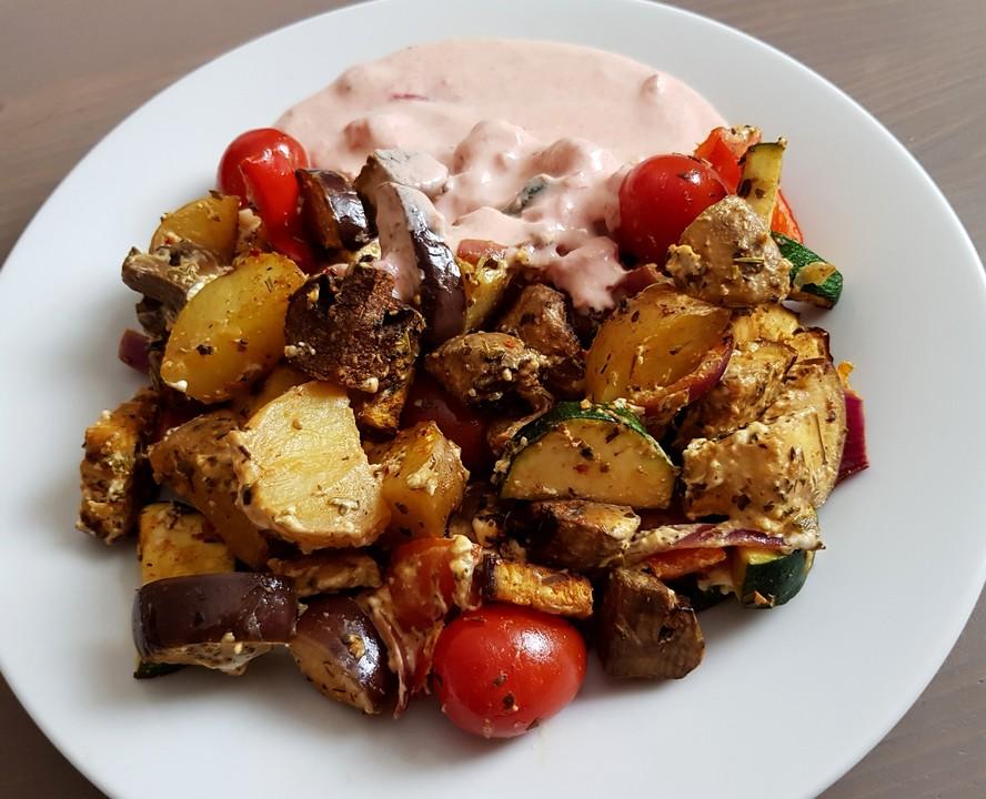 Mediterrane Sommerküche Rezepte : Mediterranes gebackenes gemüse mit joghurt tomatensauce von