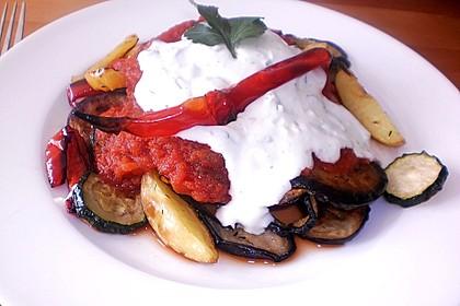 Mediterranes gebackenes Gemüse mit Joghurt - Tomatensauce 7