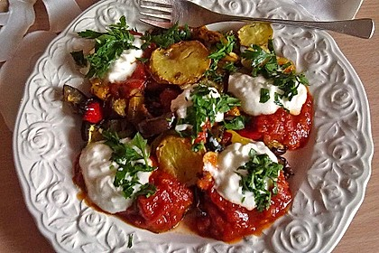 Mediterranes gebackenes Gemüse mit Joghurt - Tomatensauce 2