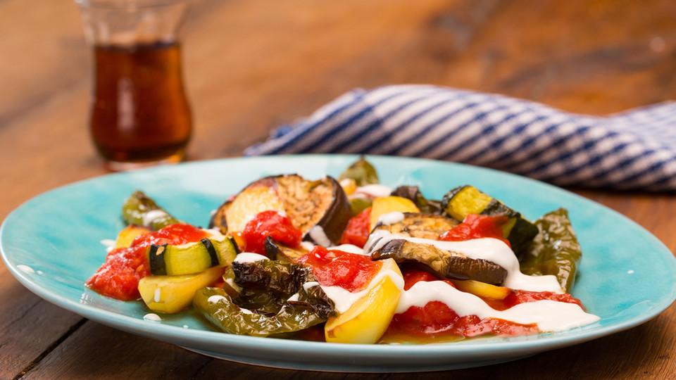 Leichte Sommerküche Mit Fleisch : Mediterranes gebackenes gemüse mit joghurt tomatensauce von