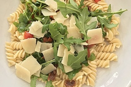 Nudeln mit Kirschtomaten, Rucola, Parmesan und Pinienkernen