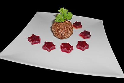 Geflügelleberpraline im Pumpernickelmantel auf  Rote Bete Salat in Himbeervinaigrette