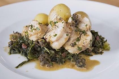 Gefüllte Kaninchenkeule mit Grünkohl und kleinen Kartoffeln in Morchelrahmsauce