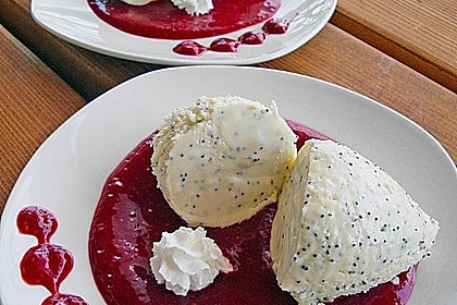 Marzipan-Mohn-Mousse mit Himbeersauce 7