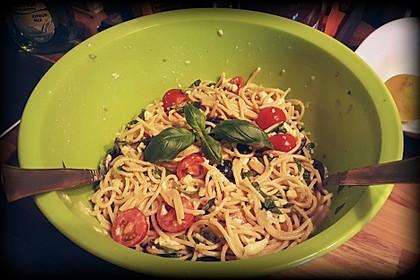 Italienischer Spaghettisalat mit Mozzarella 8