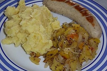 Bratwurst mit Apfel- und Zwiebelgemüse 9