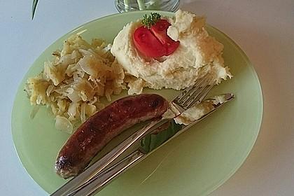 Bratwurst mit Apfel- und Zwiebelgemüse 23