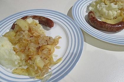 Bratwurst mit Apfel- und Zwiebelgemüse 15