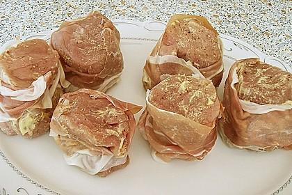 Schweinemedaillons im Parmaschinkenmantel mit Steinpilz - Gorgonzola - Sauce 62