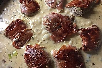 Schweinemedaillons im Parmaschinkenmantel mit Steinpilz - Gorgonzola - Sauce (Bild)