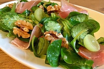 Gourmet Feldsalat mit Trauben, Schinken und Nüssen 4