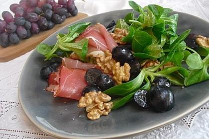 Gourmet Feldsalat mit Trauben, Schinken und Nüssen 2
