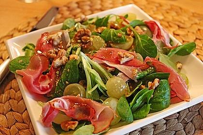 Gourmet Feldsalat mit Trauben, Schinken und Nüssen 3