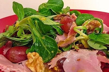 Gourmet Feldsalat mit Trauben, Schinken und Nüssen 1