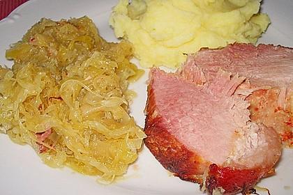 Schweinekrustenbraten auf Sauerkraut