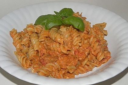 Nudeln in leichter, sämiger Thunfisch-Tomaten-Käse Sauce 52