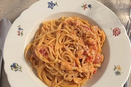 Nudeln in leichter, sämiger Thunfisch-Tomaten-Käse Sauce 81