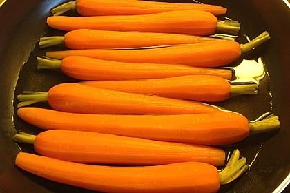 Möhrchen mit Balsamico und Pinienkernen (Bild)