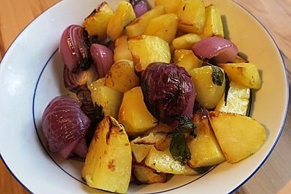 Geröstete Kartoffeln mit roten Zwiebeln