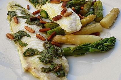 Limandesfilets mit Basilikum und grünem und weißem Spargel