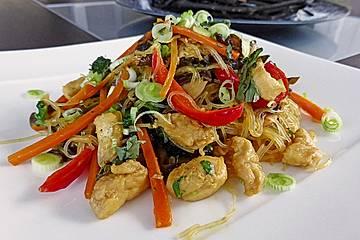 Glasnudeln mit Hühnerfleisch, Pilzen und Gemüse