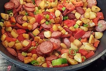 Bunte Kartoffel-Cabanossi-Pfanne mit Paprika