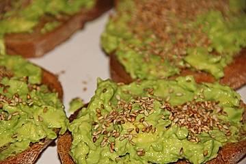 Crostini mit Avocado - Wasabi - Creme, mariniertem Rettich und geröstetem Sesam