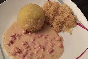 Gefüllte Knödel mit Sauerkraut und Speckrahmsoße