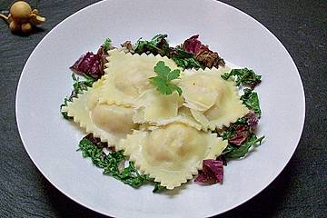 Hausgemachte Ravioli mit Quark - Käse - Kräuter - Füllung