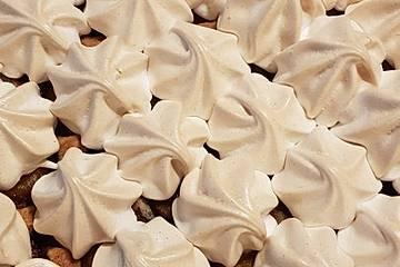 Haselnuss - Pflaumenkuchen mit Zimtbaiser