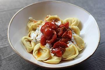 Tortellini mit Joghurtsoße türkisch-italienisch