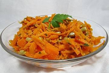 Knackiger Karottensalat mit gerösteten Sonnenblumenkernen