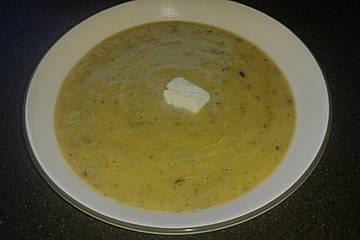 Zucchinisuppe mit saurer Sahne und Knoblauch