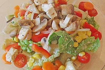 Salat mit Gemüse und gebratenen Käse - Champignons