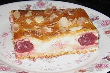 Gedeckter Kirschkuchen mit Vanillecreme