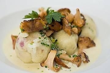 Kleine Kartoffel - Speckknödel mit Pfifferlingen in Rahm