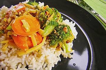 Gebratener Tofu  mit Gemüse in Kokosmilch